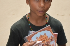 Amritsar - Chico vendiendo fotos del Templo