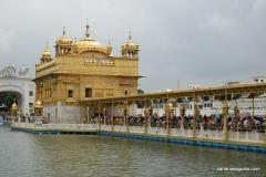 Amritsar - El Templo de Oro - Gente haciendo Cola para Entrar