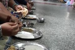 Amritsar - Templo de Oro - Langar - Gente disfrutando de una comida gratis