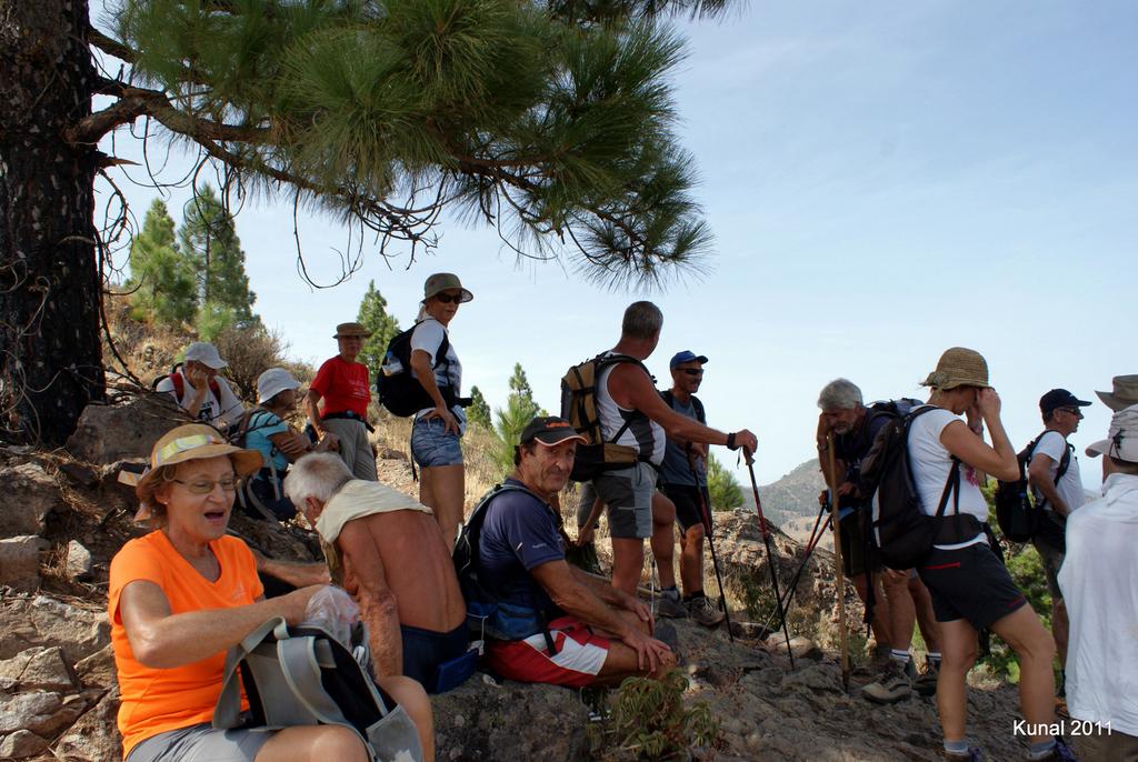 descanso del grupo montañero