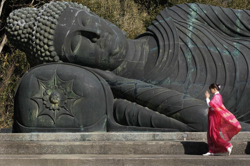 Adorando a estatua budista