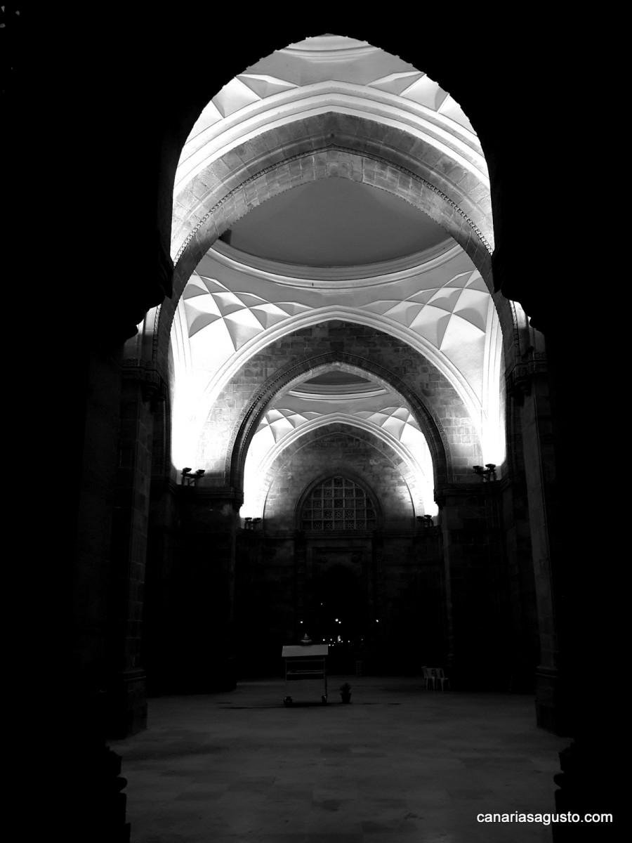 Puerta de la india bombay agusto en canarias for Interior 1 arquitectura