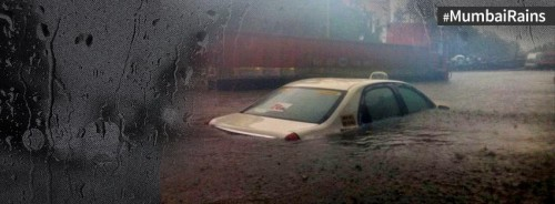 Coche inundado en las lluvias del Monzon de Mumbai