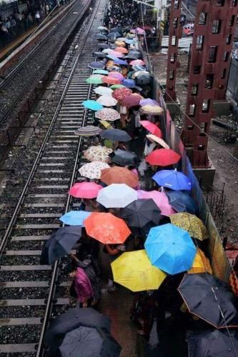 Gente esperando en la estación a un tren que nunca llegara