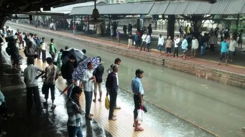 Etacion de tren lleno de agua en Mumbai