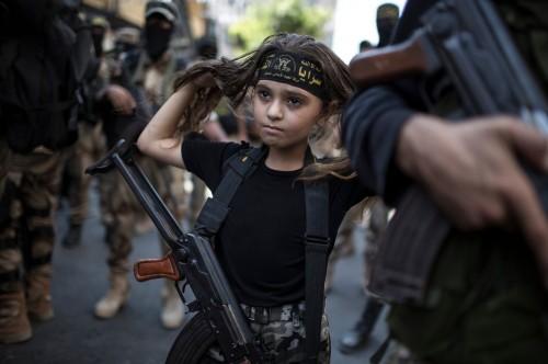 Nina Palestinia con Kalashnikov en modo Jihad