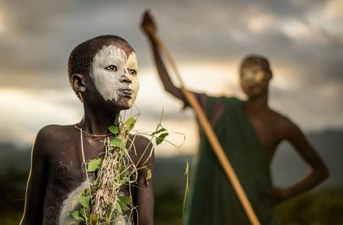 Nino de la tribu Suri en Etiopia