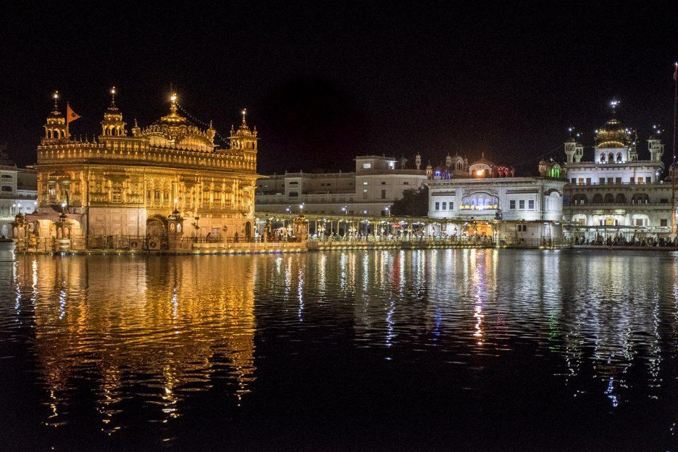 templo dorado amritsar de noche