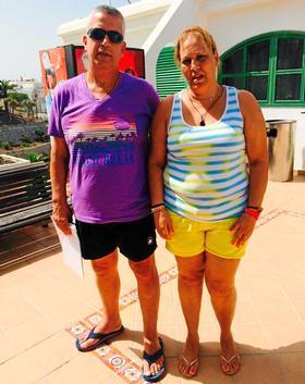José Luis y Genoveva Santana, este martes en el acceso al complejo.
